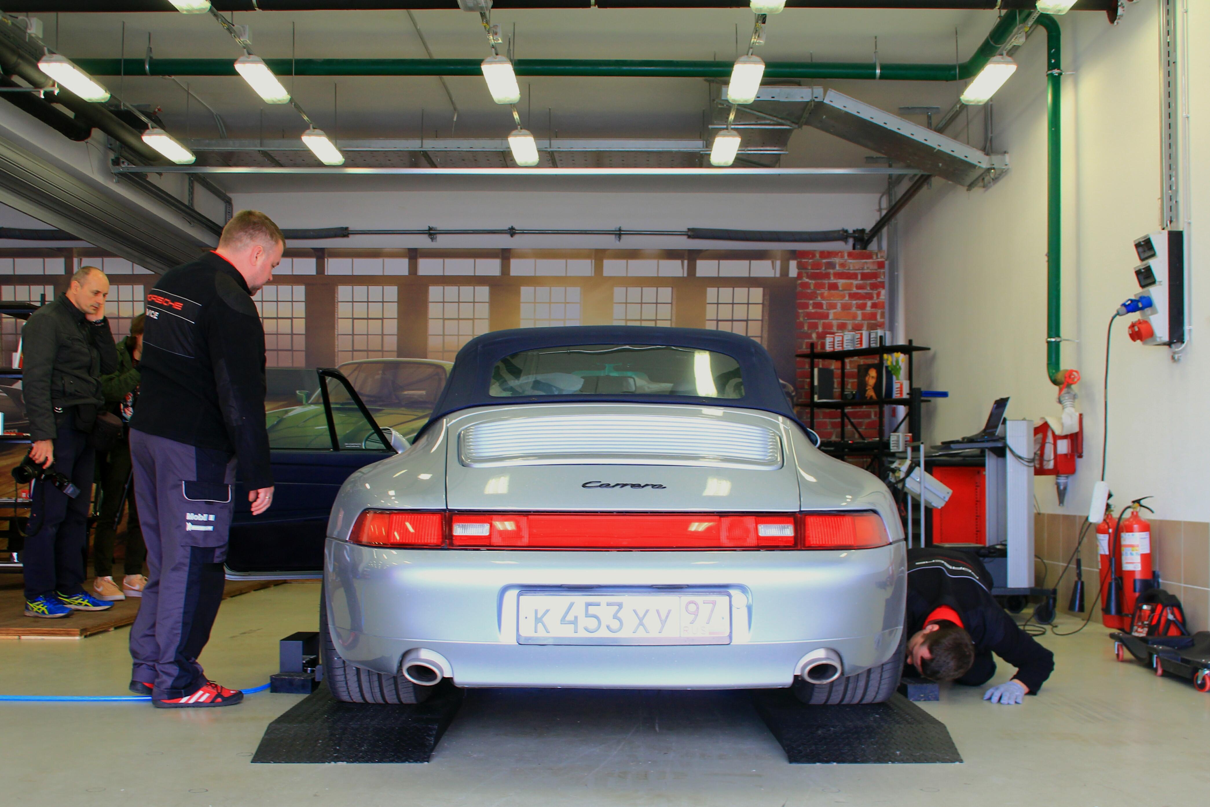 Каждый владелец классического Porsche мог пройти бесплатную диагностику в импровизированном гараже.